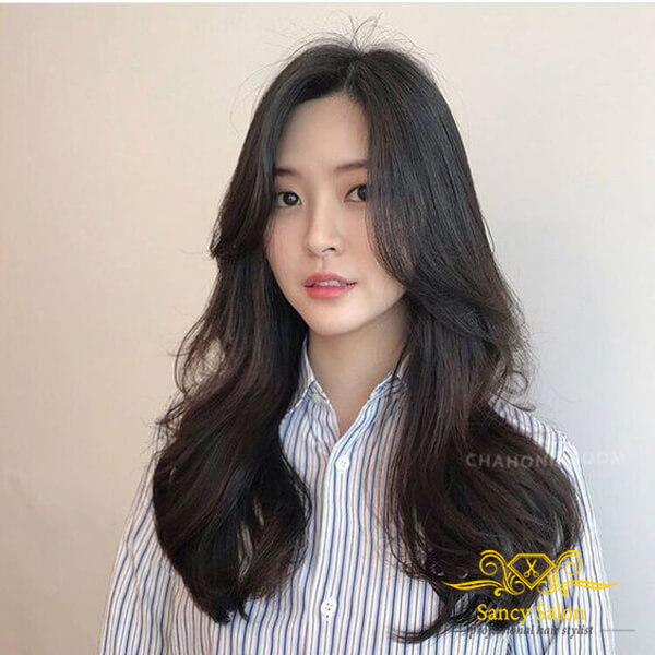 Tóc uốn xoăn nhẹ theo phong cách Hàn Quốc với 2 mái dài.