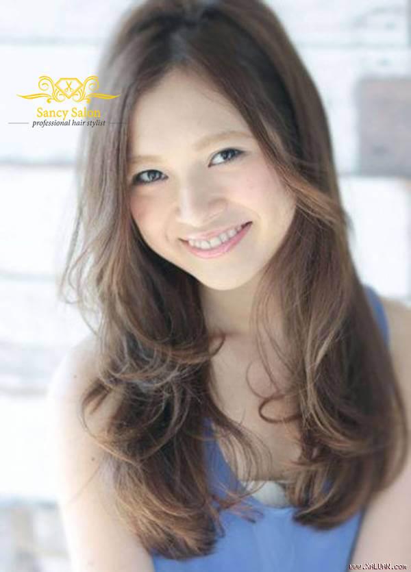 Kiểu tóc tỉa layer uốn xoăn nhẹ Hàn Quốc rất được các bạn nữ ưa chuộng.