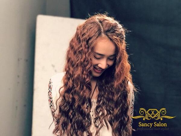 Tóc uốn xoăn sóng sợi nhỏ được các sao Việt PR nhiều trên phim ảnh, MV.