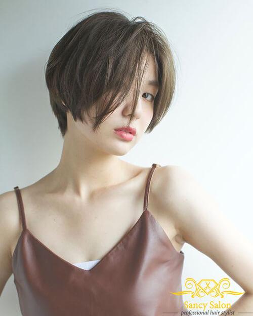 Kiểu tóc tém hai mái dài giúp gương mặt thêm phần thanh tú, vừa cá tính lại chẳng kém phần quyến rũ
