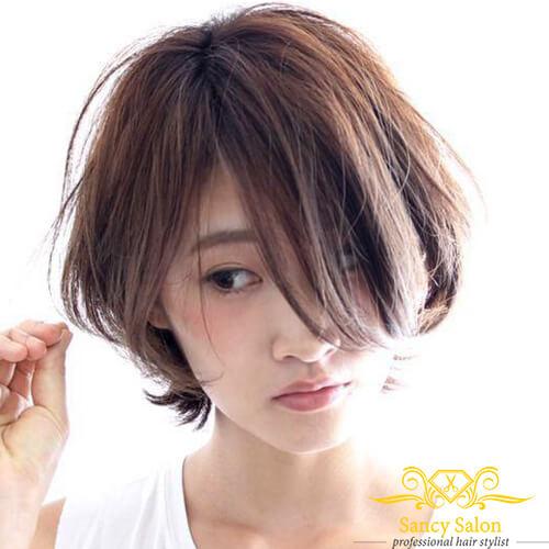 Kiểu tóc ngắn nhưng vẫn cực kỳ nữ tính, dịu dàng.