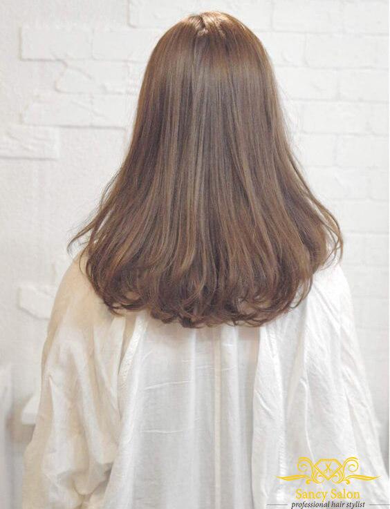 Tóc uốn đuôi nhẹ sẽ càng thêm điệu đà nếu tóc nàng dài tầm ngang lưng