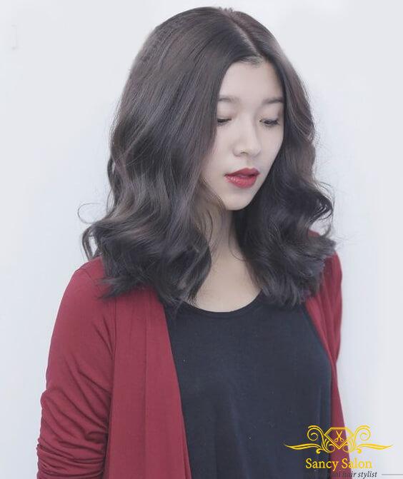 Bên cạnh xoăn đuôi thì tóc lửng xoăn sóng cũng được rất nhiều chị em cô dì chọn lựa vì sự tươi trẻ của nó