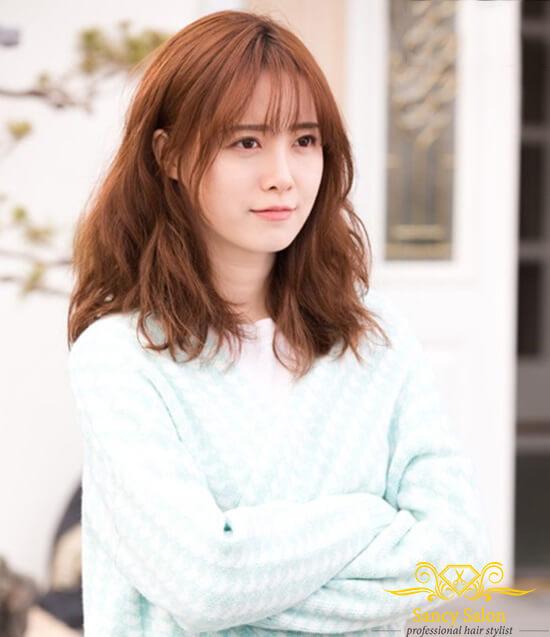 Tóc ngắn uốn xoăn nhẹ để mái thưa rất được các ngôi sao Hàn Quốc ưa chuộng.